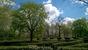 Со стороны площади императоров хорошо виден Лабиринт, сделанный из стриженных кустов. Похожий лабиринт, только намного меньше, есть в парке у Королевского дворца.