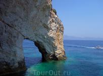 """о. Закинтос. Голубые пещеры. В самой северной части острова находятся """"голубые пещеры"""", образовавшиеся под многовековым воздействием волн на скалы"""