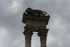 Фрагмент памятника Колумбу с царственным львом.