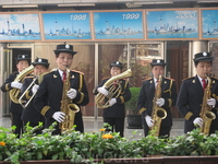 В Шанхае у входа на телевизионную вышку всех экскурсантов встречает женский духовой оркестр