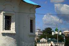 справа церковь Архангела Михаила