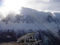 Облака переваливаются через горы