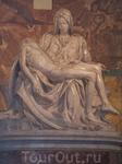 одна из первых скульптур Микеланджело. На перевязи у мадонны его подпись