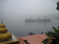 Место паломничества местных индуистов - храм посреди озера.