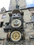 Итак, мы снова у Орлоя.  До середины XX века, жители Праги жили по старочешскому времени, началом суток начиналось с заходом Солнца, а потому вариаций было множество.Вот почему внешний круг вращается