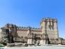Замок имел три линии обороны. Первая - ров, вторая и третья - крепостные стены, которые прямоугольником окружали внутренний двор замка.