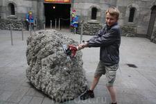 при входе в средневековый замок предлагается попробовать вытащить меч, вонзенный в камень. Никто еще не смог это сделать. Меч то прикручен к камню. А камень ...
