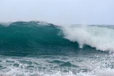 Эгейское море неспокойное, здесь часто бывают большие волны и поэтому восточное побережье выбирают для отдыха серферы. Здесь есть клубы и школы серфинга ...