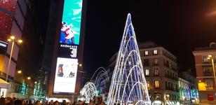 Plaza de Callao со своей пирамидальной елкой и огоньками на прилегающих улицах.