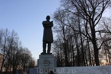 Памятник Некрасову .
