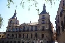 Здание ратуши на той же площади Plaza del Ayuntamiento , где располагается собор, построенное в 1612-1618 годах одним из лучших архитекторов того времени ...