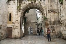 "Римские ворота ""дворца Диаклетиана"""