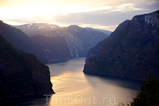 Я имею в виду не сам вид на Аурланд-фьорд - узкий, окруженный высокими горами, с изящным поворотом уходящий к своему устью у Нерой-фьорда. Сам по себе ...