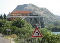 Едем в Город Шкодер, видна крепость старинная на горе