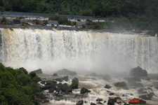 Вдоль всех водопадов проложена пешеходная дорога и сделаны специальные смотровые площадки