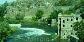 С правой стороны у самой реки расположено Artificio Juanelo - строение, возведенное в XVI веке – оно позволяло защитникам крепости добывать воду из реки ...