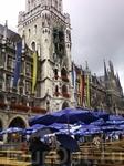 дождь,зонты,столы,скамейки,сцена-это праздник города.