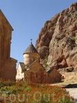 здание церкви прекрасно вписалось в окружение скал.