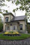 Это сам дом норвежского композитора Эдварда Грига, построенный в викторианском стиле с просторной верандой и башней. Первый этаж открыт для гостей, можно ...