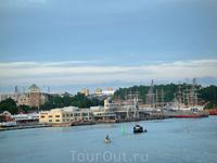 Круиз на пароме - слева вид на старейшую крепость в Финляндии