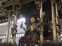 Какие красивые скульптуры  в храме Прибежища Души!