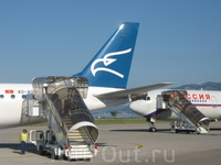 В аэропорту Тивата. Один самолет - черногорский, с орлом