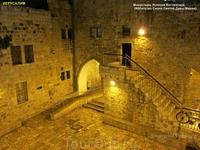 Манящие дворики храмов Старого города Иерусалима. И опять светло как днем! И безопасно!