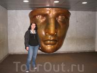 в гранитном пьедестале статуи музей