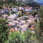 Виражи на критских горах не столь круты, к тому же все компенсируют морские пейзажи и виды на ряды кажущихся крошечными домов с крышами красной черепицы ...