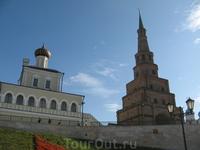 Территория Кремля. Ранее кремль использовался для укрытия в нем людей разных вер - и христиан, и мусульман. Поэтому здесь символично слияние двух религий. Православный собор соседствует с мусульманско
