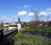 Вид на стену, опоясывающую Псков, со смотровыми башнями.