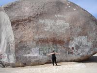 """""""Джаент Рок"""" или The Giant Rock. «Исполинский Камень"""" – это абсолютно невероятное и потрясающее зрелище. Высота его достигает семиэтажное здание. Помимо ..."""