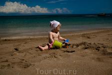 Моя дочка на песочке.