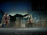Прям во время представления откуда-то сверху по веревкам в зал молниеносно спустились ниндзя