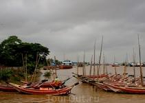 Лодки на реке Янгон