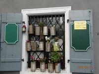 Австрия, Вена. Жители по разному украшают свои дома).