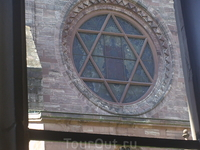 В одном из окон мы увидели Гексограмму-- Звезда Давида.