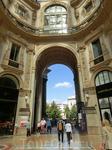 Пройдя галерею насквозь мы вышли на площадь перед театром Ла Скала.