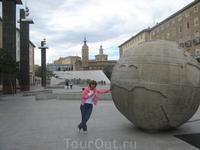 Сооружение в виде земного шара, за которым фонтан в форме карты – памятник, посвященный открытиям Колумба.
