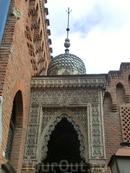 Здание украшает каменная резьба, традиционная для стиля немудехар. А кроме того, в нем есть элементы других стилей - готики и модернизма.