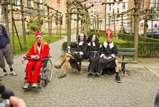 По-моему эти весёлые ребята никакого отношения к многочисленным  церквям брюгге не имеют. Скорее это что-то карнавальное. они с удовольствием позировали ...