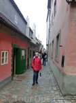 Золотая улочка (Zlatá ulička) прославилась своими миниатюрными домами, в которых жили стражники, охранявшие Пражский град. Домики были пристроены к оборонной стене Града в 16 веке. Первоначально домик