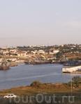 Карантинная бухта, в которой стоят наши корабли. Купаться тут невозможно, слишком много мазута. Зато со склона очень далеко видно город.