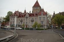 Площадь Вьё-Пор. Отель Château d'Ouchy расположен в отреставрированном средневековом замке.