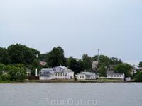 Калязин. Самый большой дом под фиолетовой крышей - дом священника Николаевского собора. Сейчас вроде бы в этих домах гостиница