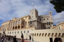 Если над дворцом развевается флаг - значит прынц дома:)