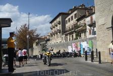 Полицейский  перед  входом в крепость,в город Сан-Марино.Регулирует людской поток и авто движение.
