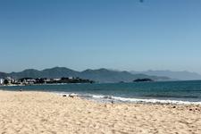 Пляж  через дорогу от отеля.(примерно метров 30-40)