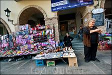 На главной городской площади шла ленивая торговлишка