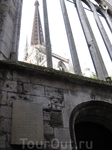 В этом дворце архиепископа 29 марта 1431 года состоялся суд и пытка Жанны Дарк.На следующий день она была заживо сожжена на площади Старого  рынка.